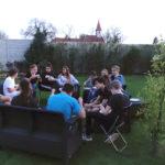 Jugendliche aus der Schule sind bei unseren Kids im Gästehaus zu Besuch und vertreiben sich den Abend mit Musik, Spielen und hängen