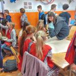 Projektarbeit in der Schule: Unsere Jugendlichen helfen den etwas kleineren 5.Klässlern bei den Projekten