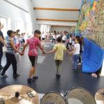 Tanzunterricht im neuen Saal der Schule, der auf der rechten Seite mit einer Kletterwand bestückt wird (in Arbeit)